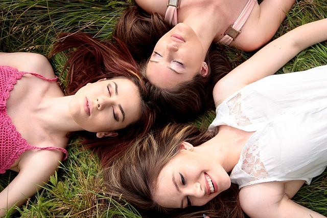 tři holky v trávě