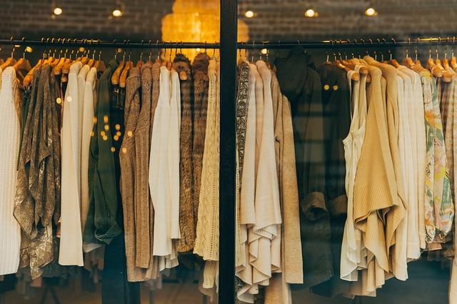 oblečení na věšáku